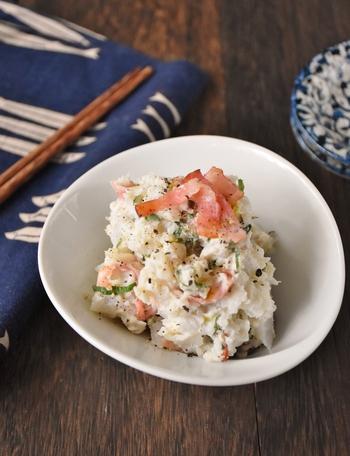 あっさり味の里芋に、塩気をきかせたベーコンを入れて作るサラダ。大葉で彩りと風味を加えました。ここに、マヨネーズと豆乳をプラス!まろやかさと旨味が加わり、食べやすくなります。おつまみにもおすすめのおかずです。