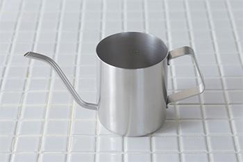 コーヒーなどのドリップに便利なポットは、注ぎ口が細くて室内で小さな植物にお水を上げるのに丁度いい。調理器具のシンプルな作りが心地よい。