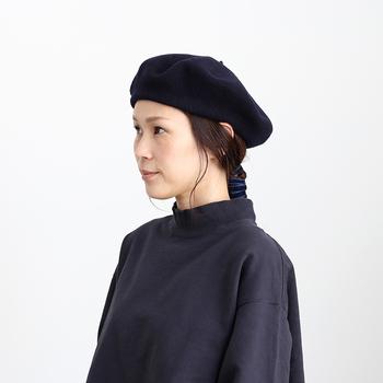 洋服にブローチを付ける時は、鎖骨の高さに合わせるのが一般的だと言われています。付けた後に鏡で全身をチェックしてバランスを取りましょう。  ハイネックや襟付きのトップスの場合、首のセンター部分にブローチをあしらうとクラシックでユニークな雰囲気に変身できます。  また、冬は帽子の出番も多いですよね。お気に入りのブローチを帽子に付けて、時々印象を変えてみるのもおすすめです。