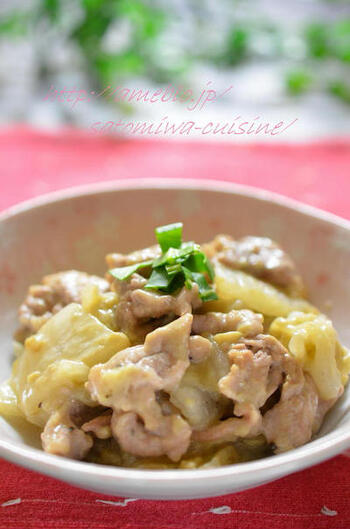手早く作れる炒め物。豆乳を加えれば、いつもとはひと味違うまろやかな味わいに仕上がりますよ。具材は白菜と豚肉を使用。豆乳との相性はばっちりです。加熱する前のお肉には、片栗粉をまぶしておいて、旨味をぎゅっと閉じ込めます。味付けや香り付けは、昆布茶とごま油で。ごはんによく合うおかずレシピです。