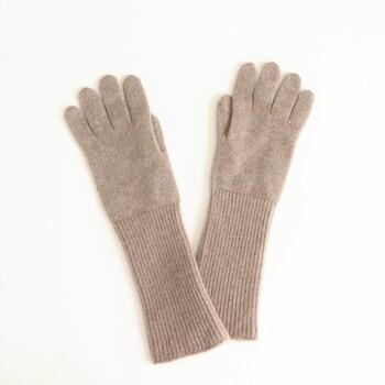 小さなピンタイプのブローチは、手袋に付けても素敵ですよ。手首につけてアクセントにしたり、指につけてリングをはめているみたいにアレンジするのも面白いですね。