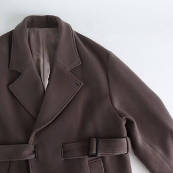 オフの日には、かっちりしたコートの襟にブローチを付けて遊び心をプラスしてみませんか。オフィス仕様のコートも違った印象で着こなせそうですね。