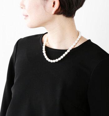 まずご紹介するのは、Si-Si-Si(スースースー)の本淡水パールネックレス。オケージョンシーンにぴったりな、ベーシックな形のパールネックレスです。長さは約45cmのショート丈。ドレスはもちろん、普段のコーデにも合わせやすいですよ。