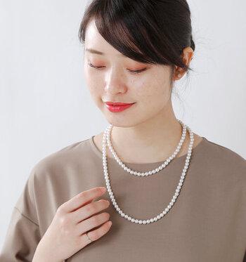 例えば、お呼ばれスタイルに映える2連のネックレス。ネックレスの両端にアタッチメントを取り付け、長さを調節して作っています。アタッチメントが首の後ろにくるので、バックスタイルもおしゃれに見えますよ。