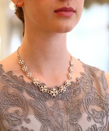 首周りにレースがあしらわれたドレスには、パールとビジューを使ったゴージャスなネックレスを。小さめかつスッキリデザインなので、お呼ばれの席でも目立ちすぎることはありません。シックな色のドレスも、パッと明るくなるでしょう。