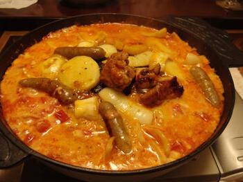 甘辛味の鶏肉が美味しい、韓国料理のタッカルビもジンギスカン鍋があれば美味しく作れます♪トマトの酸味とたっぷりチーズが、口の中でとろけます。