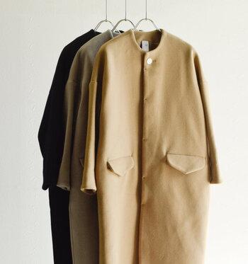 「ノーカラーコート」とは、簡単に言うと襟の無いコート。こちらのように襟部分がU字型になっているものもあれば、V字型になっているものもあります。襟元がすっきりしているため、首が細く華奢に見える効果も。タートルネックやシャツの襟がチラリと見えるので、おしゃれなレイヤードコーデが楽しめます。