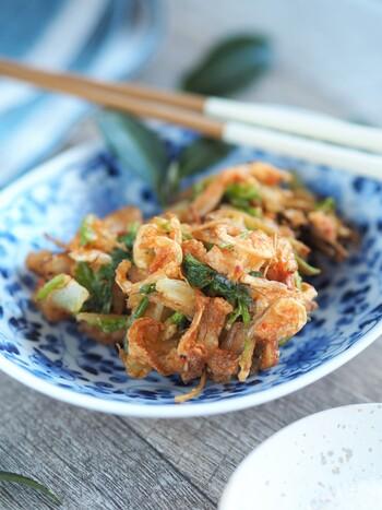 バラバラになってしまう事が多いかき揚げ。クッキングシートを使えば、失敗なしで作れる「コツ」を伝授してくれているレシピです。使い勝手の良い天ぷら鍋を手に入れたら、是非作ってみましょう。