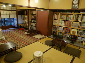 最後にご紹介するのは、京都市役所前駅から徒歩6分ほどの場所にある「ハイファイカフェ」。畳にちゃぶ台と和テイストな内装はノスタルジックな雰囲気があります。本棚には書籍のほかレコードが並び、どこか懐かしいレコードジャケットを眺めて過ごすのも◎