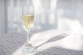 一般的なフルートタイプのシャンパングラスなら、グラスの6~7割程度まで注ぐのが理想的。そのくらいに抑えるのがちょうど持ちやすく、またぬるくなってしまう前に飲み切れるのでいいようです。