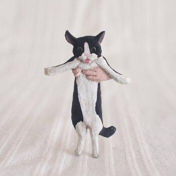 こちらの画像は、いたずらして回る猫を捕まえた!という瞬間をモチーフにした「キャッチ ザ キャット」ブローチ。話題のタネにもなりそうなユニークなデザインですね。  細やかな表情や設定シーンの妙など、小さな物語を纏ったものづくりを手がける、造形作家の所 正泰さんならではの作品です。