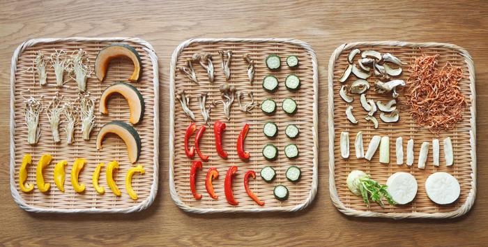 野菜の種類によって向き不向きはありますが、基本的にはどんなお野菜も「干す」ことで、水分量が減り美味しさが凝縮されます。食べると「こんな味だったの?」と驚くこともしばしば。その方法はとても簡単なので、美味しいお料理の下ごしらえだと思って、干し野菜にチャレンジされてみてはいかがでしょうか。