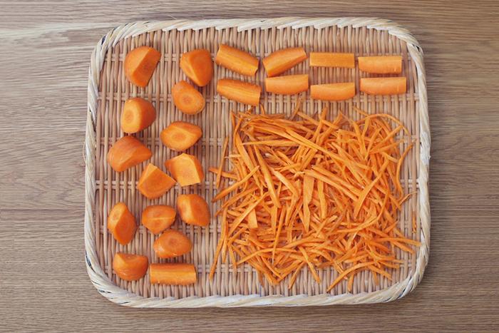 水洗いした野菜は、お好みによってカットします。人参や大根などは、皮ごとで大丈夫です。カットの方法によって味や触感が変わるので、お好みやその後の調理方法によってカットの大きさを変えてくださいね。