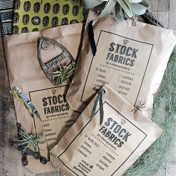 クラフト製の大きな紙袋を使えば、マフラーやニットなどのボリュームのあるプレゼントを包むことができます。無地の袋に、おしゃれなロゴプリントを貼ったり、クリップでとめたりするだけでオリジナリティあふれるラッピングに。
