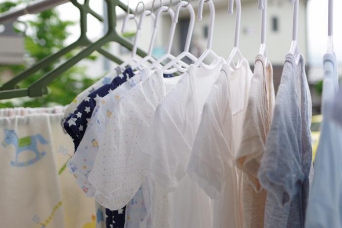 干す場所に迷ったら、普段洗濯ものが乾きやすい場所を選ぶのが◎。10時~15時頃が理想的な時間帯だと言われています。朝晩の気温の変化でカビが生えてしまう可能性があるので、数日干す場合には夜は室内に入れてくださいね。