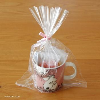 市販のお菓子も、マグカップに入れて透明袋に包んだら、特別感のあるラッピングになりますね。100均のマグやかわいい紙コップで代用しても◎
