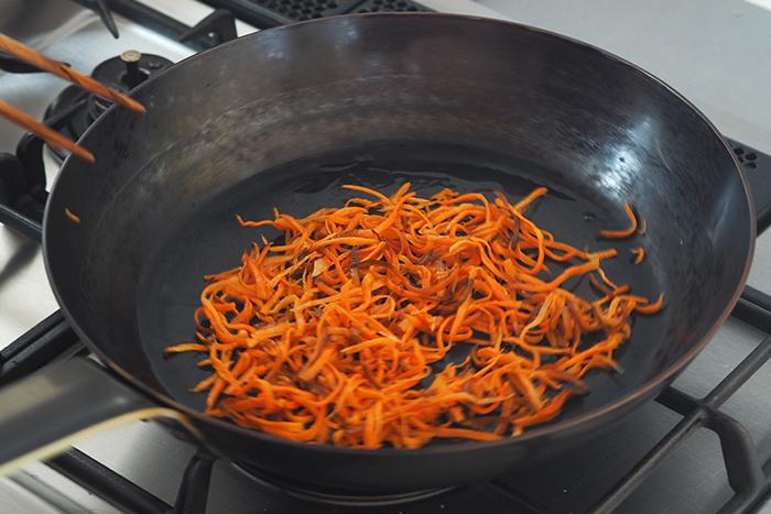 炒める、煮る、炊き込むなど、どんなお料理でも干し野菜の旨味を味わうことができますが、炒めるとその食感の違いを実感することが出来ます。生の時ほど火が通るまでに時間がかからず、少し歯ごたえがある触感が癖になります。もちろん味も、水っぽさがなく濃厚な味わいに。