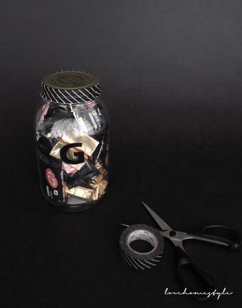 瓶を使ってラッピングするのも簡単でおしゃれに見えるテクニックです。お菓子などにぴったりですが、瓶の中に入るものなら何でもOK。蓋にマスキングテープやリボンを施すだけでギフト感が高まります。