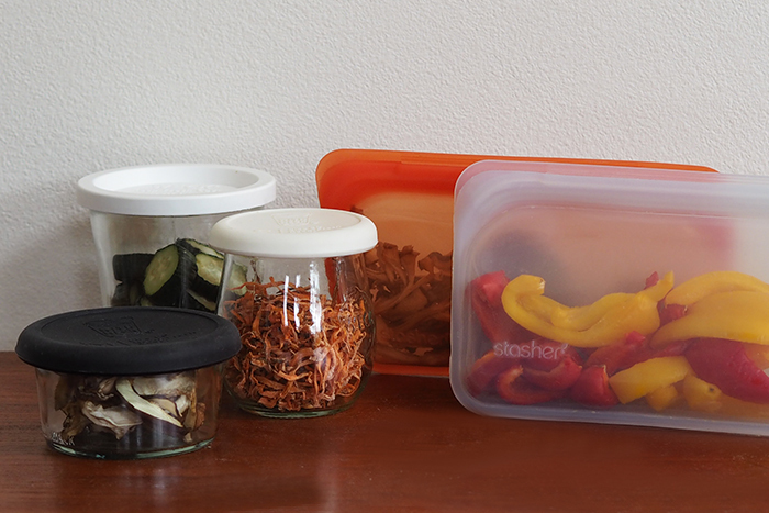 切り干し大根の様に完全にカリカリの状態になった干し野菜は、密閉容器に入れて常温保存でOK。気温差で瓶の中などが結露すると傷みの原因になってしまうので、出来るだけ温度差がない場所に保管しましょう。