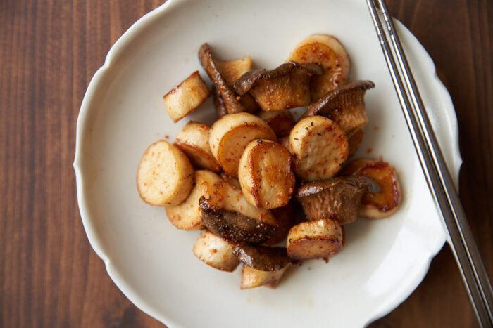カットして干したエリンギを使った絶品レシピ。材料はエリンギだけなのに、おかずにもおつまみにもなる嬉しい一品です。キノコ類は干すことによって風味も増すので、エリンギの香りや触感を存分に楽しんでくださいね。