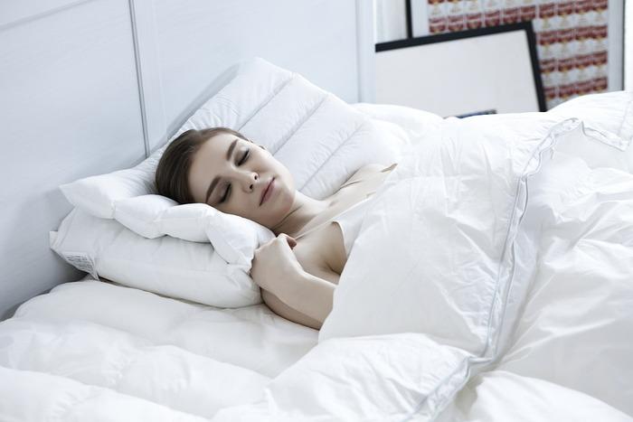 枕を使う時は、まず全体の高さに片寄りがないよう、中材をならしてバランスを整えます。 それから枕の端が肩口に着くまでしっかり引き寄せ、頭部から首筋にかけて深めに預けましょう。頭だけを乗せるのではなく、なるべく広い面積で頭の重さを支えることで姿勢が安定し、首や肩が疲れにくくなります。