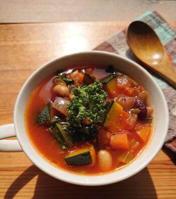 多くの品目を食べたいときはすべてをグツグツ煮込んで作るスープが一番ですね。冷凍野菜を活用して、時短ながら栄養のぎゅっと詰まったスープを作ってみましょう。