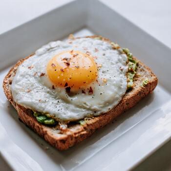 タンパク質をとるためには、魚や肉、卵、大豆製品を食べましょう。手の込んだ料理でなくともいいのです。焼くだけ、ボイルするだけでも栄養は摂れますし、素材の美味しさも十分味わえます。