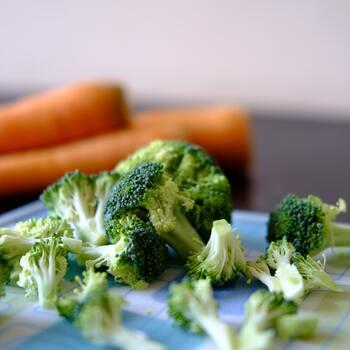 """野菜には加熱することで失われるビタミンや酵素もあるため、調理法には注意が必要ですが、まずは栄養価の高い""""旬""""の野菜を選ぶように心がけましょう。"""