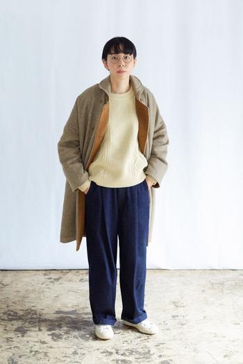 バルーンデニムとアランニットを合わせたベーシックなスタイリングに、さらりと羽織ったラウンドカラーコート。コーディネートをパッと華やかに見せてくれるアウターは、この冬主役になること間違いなしの一着です。