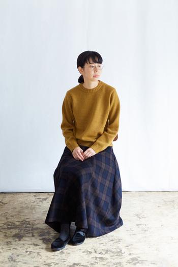 シンプルデザインのウールニットは、メンズライクなサイズ感でラフさを演出してくれます。キーカラーのマスタードには、シックなタータンチェックのフレアスカートを合わせて。肩肘張らずにおしゃれに見せたお出かけスタイルです。