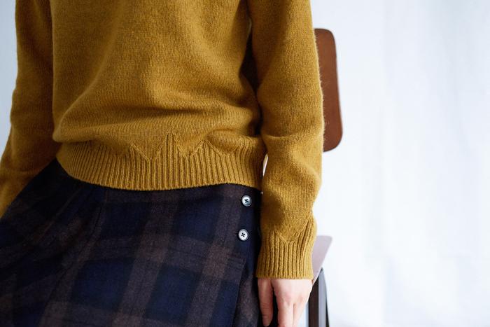 裾と袖口のリブ部分に山型のジグザグ模様をあしらったトラディショナルなウールニット。手編みならではのデザイン性を、機械編みで出来る限り再現した、ブランドこだわりのニットです。