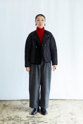 軽くてあたたかいショート丈のアウターは、一つは持っておきたいもの。『グランマ ママ ドーター』のキルトジャケットは、ノーカラーにダブルボタンがカジュアル過ぎずにクラシカルなデザインです。コーデュロイのパイピングが効いた大人の女性にぴったりな一着。ワイドパンツにも相性よく決まります。インナーに朱赤を合わせてコーデの差し色に。