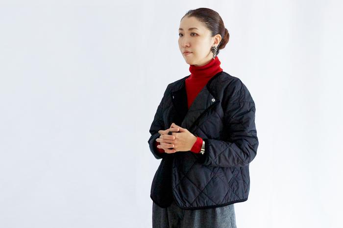 キルトジャケットはドロップショルダーになっており、丸みを帯びたシルエット。軽いので、旅行先への持ち運びにも便利です。インナーダウンの代わりとしても着られる優秀アイテム。