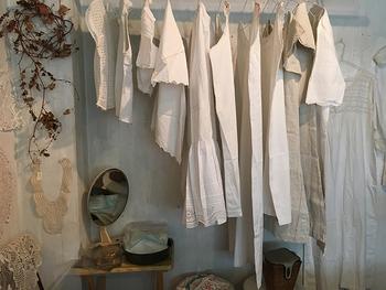 11月20日(水)~26日(火)の期間は大阪・北堀江にあるヨーロッパの蚤の市雑貨を中心としたセレクトショップ「Shamua(シャムア)」のポップアップがオープン。現地で買い付けたアンティークやヴィンテージのリネン服と、重ね着にも取り入れやすいシンプルなデザインの作家さん物も揃います。 また、他にも冬を楽しむインテリアグッズ、奈良「カナカナ」による秋を感じるカフェも登場します。