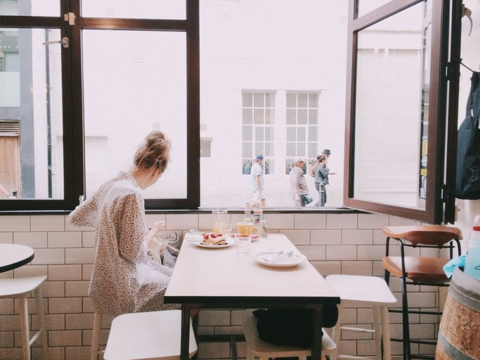 食事の内容だけでなく、環境も大事な要素です。相容れない、あるいは気を遣う相手とのランチより、自分がリラックスできるかどうかを優先しましょう。また、パソコンで仕事をしながらのご飯より、好きな音楽を聴いたり外の景色を眺めながら食べたほうが美味しく感じますよね。
