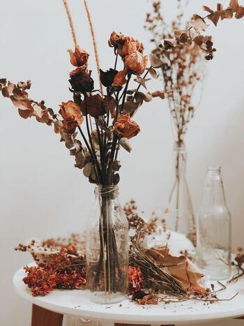できあがったドライフラワーを、もう一度花器に挿して飾るといった楽しみ方も。生花ではないため、水を入れる必要はありません。