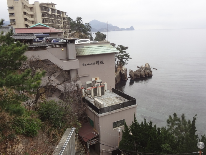 静岡の西伊豆にある「海辺のかくれ湯 清流」は、目と鼻の先にある海を眺めながら温泉が楽しめる人気の温泉スポットです。