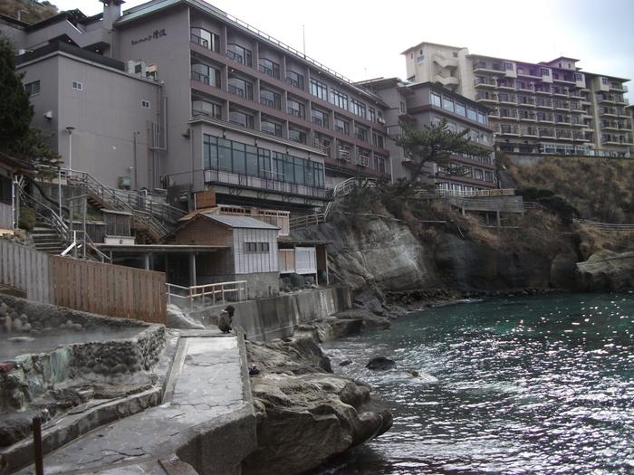 海辺のかくれ湯 清流の内風呂から続く長い階段を降りると波打ち際ギリギリにある露天風呂が楽しめます*