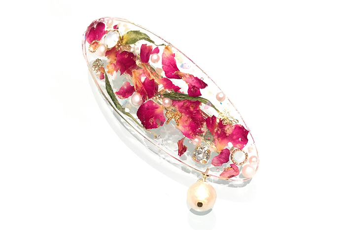 本物のお花を使ったアクセサリーは、その華やかさに思わず目を惹きます。ちょっとした向きや光の当たり具合で見え方が違ってくるところも、お花を材料にする魅力です。パールやビジュー、チェーンなどでアレンジを効かせてもオリジナリティーが出ます。
