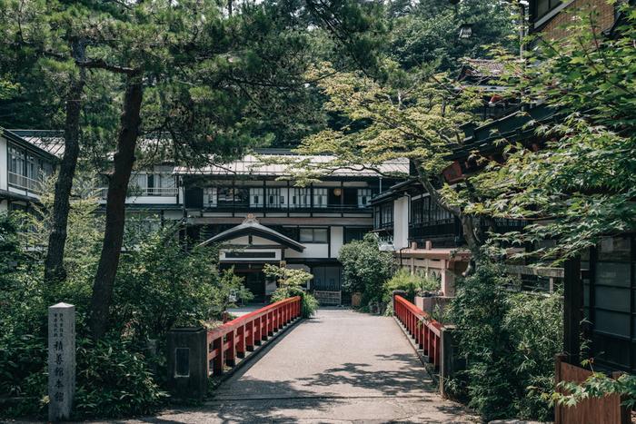 人気ジブリ作品である「千と千尋の神隠し」のモデルの1つになったとされる温泉宿「四万温泉 積善館」を最後にご紹介致しましょう。この四万温泉 積善館の本館は日本最古の温泉宿と言われる歴史の長い温泉宿です。建構えから歴史の長さを感じられますよね。