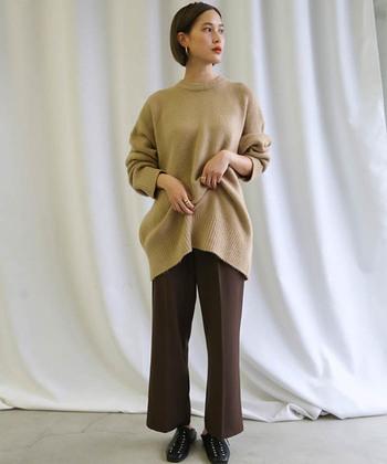 ベージュのゆるニットに、ブラウンのワイドパンツを合わせたベーシックな着こなし。ワイドパンツはセンタープレス入りをチョイスして、カジュアルになり過ぎないコーディネートに仕上げています。裾はあえて外に出して、ルーズシルエットを活かしたスタイリングに♪
