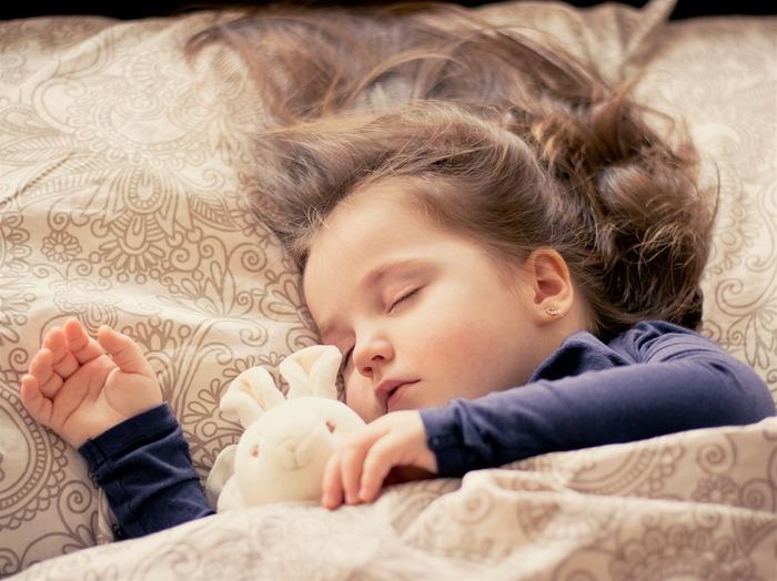 枕は一般的に、運動などによって骨格がしっかりしている人や男性は高めのもの、体格が細身の人や女性、子どもは低めのものがフィットしやすいのだそう。とはいえ個人差もありますので、まずは実際に横になって枕をあてがい、仰向けから横向き、横向きから仰向けにと楽に寝返りを打てる高さを探してみましょう。