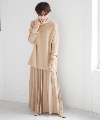 キャメルカラーのゆるハイネックニットに、同系色のプリーツスカートとシューズを合わせたワントーンコーデ。全体的にルーズなシルエットを、女性らしく着こなしています。アウターを羽織る際はトーン違いのキャメルやベージュなどを選んで、統一感のあるスタイリングがおすすめです。