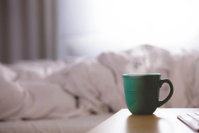 さらにお手軽なのは、アツアツの状態に沸かしたお湯をマグカップなどに張って、好きな場所に置いておくこと。寝室や子供部屋などピンポイントで加湿したい場合は、これだけでもお部屋を加湿することができます。