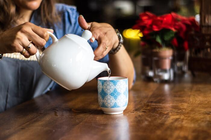 健康ブームにのって白湯を飲む人も増えてきました。白湯とは、沸騰させたお湯を飲みやすい温度にまで冷ましたもののこと。コーヒーやお茶と違ってカフェインを含まないので、胃腸にもやさしく、朝の飲み物としておすすめです。