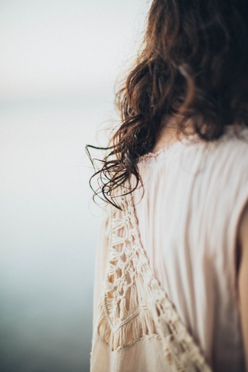 健康と同じように美容面でも、今日より若い日はありません。年齢を重ねることをネガティブにとらえるのではなく、シミもシワも自分らしさだといったん受け入れてみるのです。そのうえで、年齢に応じたお手入れで、お肌や髪のツヤを保っていきたいですね。