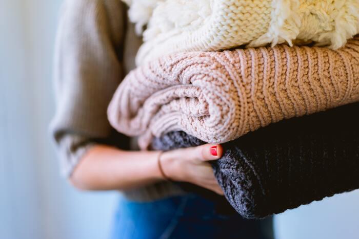 寒くなってくるとニットなどの出番が多くなり洋服が厚くなってしまいがち。またコートの重さもなかなかのものです。毎日着るものですし、筋力が弱い女性にとってはかなりの負担になることが予想できます。なるべく厚着はせずに、洋服の重さを軽減するのがベター。最近は、薄手でも保温性の高いインナーが多く出ているので上手に活用すると良いでしょう。