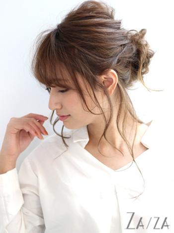 バックでゆるくシニヨンを作ったら、後れ毛をコテでくるりと巻きましょう。長めの後れ毛が女性らしく華やかな雰囲気になるので、お呼ばれなどのシーンでも活躍してくれそうです。