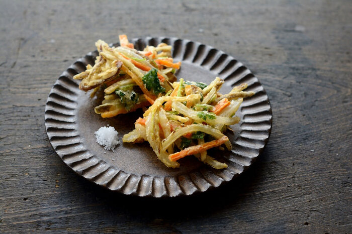 玉ねぎやにんじんなど食感の違いを楽しみつつ、口の中で旨みが一体化する「かき揚げ」は、野菜に打ち粉をしておく事で少ない衣でもまとまって揚げる事ができますよ。冷蔵庫で少し残ったお野菜もかき揚げにしてあげる事で、美味しく生まれ変わります。