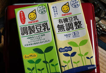 1.無調整豆乳・・・「大豆固形分8%以上」の豆乳。 大豆の絞り汁ともいえる、「絞ったまま」の状態です。味付けされておらず、豆乳独特の風味が強い為、飲みにくいと感じる方も。  2.調製豆乳・・・「大豆固形分6%以上」の豆乳。 無調整豆乳を飲みやすくする為、植物油や塩、砂糖、添加物などを加えてあります。  3.豆乳飲料・・・「大豆固形分2%以上」の豆乳で、調製豆乳に果汁や紅茶、コーヒーなどの味付けしたもの。(※)
